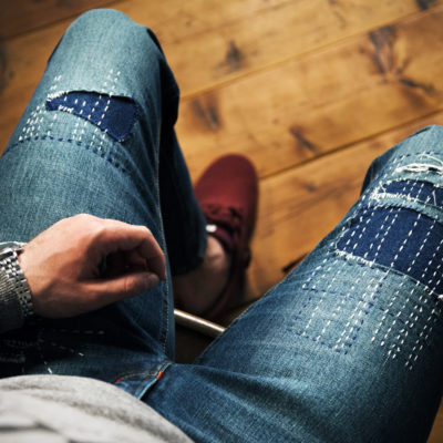 Roztrhané džíny šité na míru s vysokým pasem